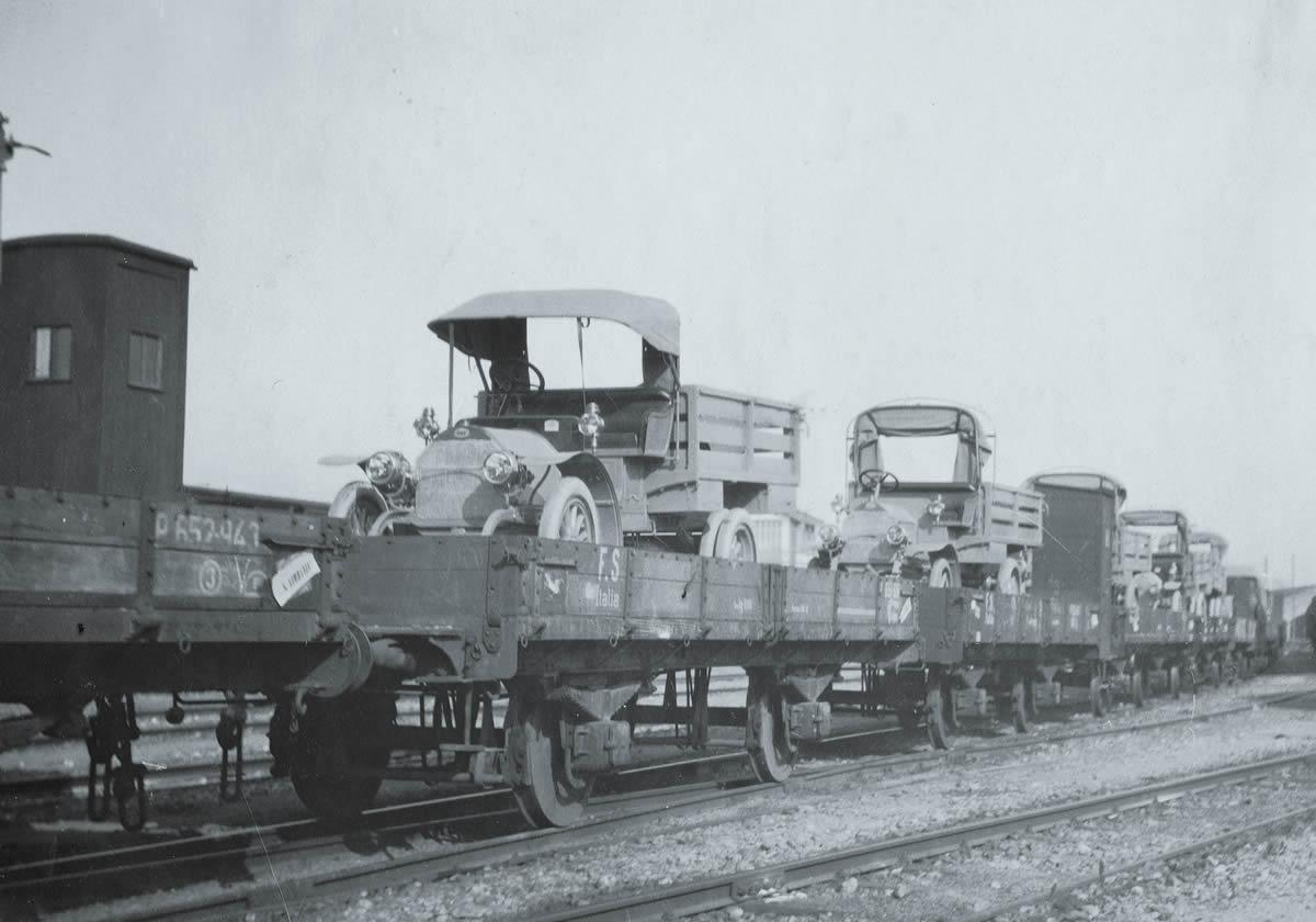 Eisenbahnkonvoi mit Lancia Lastwagen unterwegs an die Front